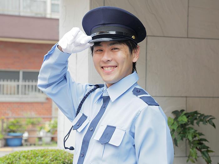敬礼する笑顔の警察官