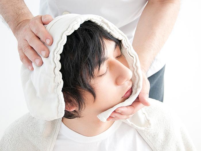 頭をタオルで包んでの施術中